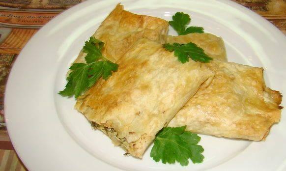 4. При подаче можно украсить зеленью. Такой армянский лаваш с сыром в духовке с румяной корочкой можно подавать даже к пиву или просто употреблять как закуску.