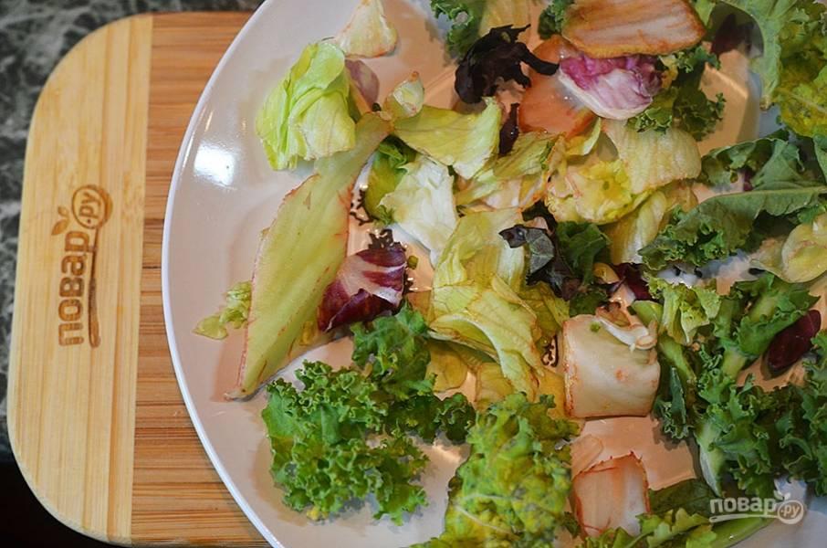 1. На плоскую тарелку выложите салатный микс.
