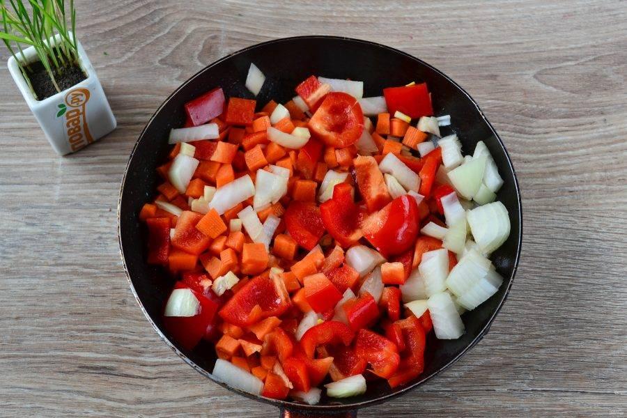 В той же сковороде, где жарили мясо, обжарьте овощи 5-7 минут. Если масла совсем не осталось, долейте немного.