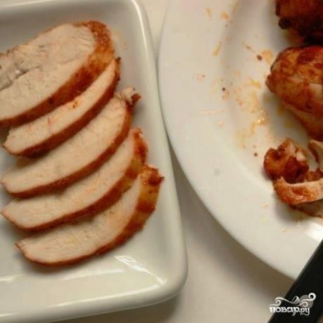 Ждем, пока мясо остынет, после чего удаляем нитки, а само мясо нарезаем ломтиками.