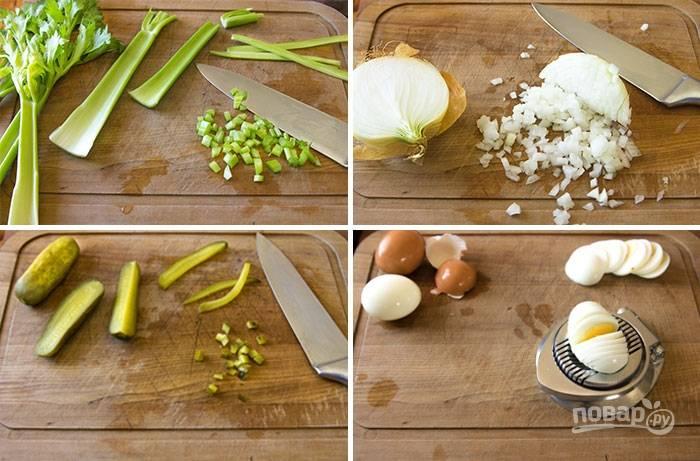 Теперь режем огурчики и сельдерей мелким кубиком, измельчаем лук, режем кружками яйца.