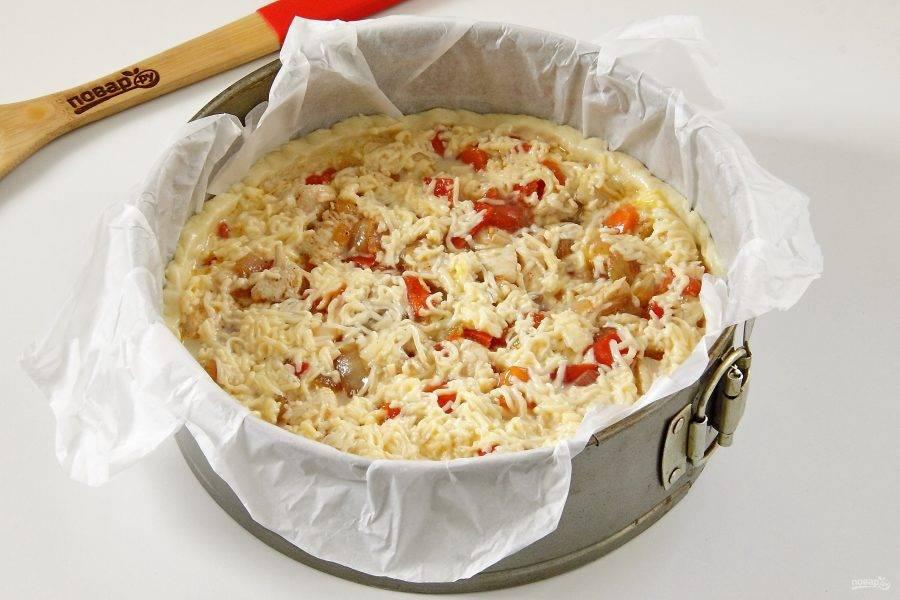 Залейте начинку сырно-сливочной смесью.