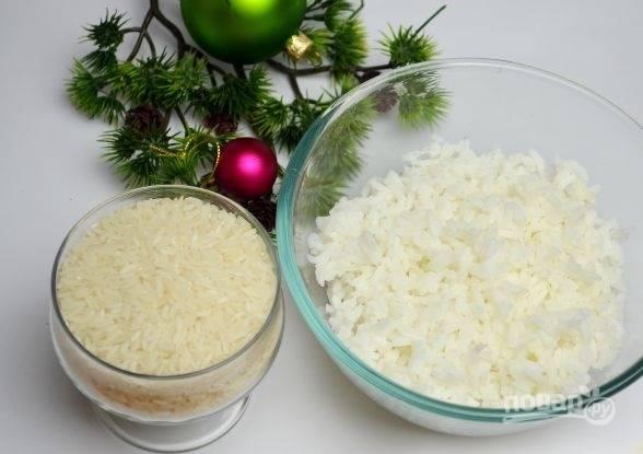 2. Первым делом в подсоленной воде сварите рис. Вкрутую отварите яйца.