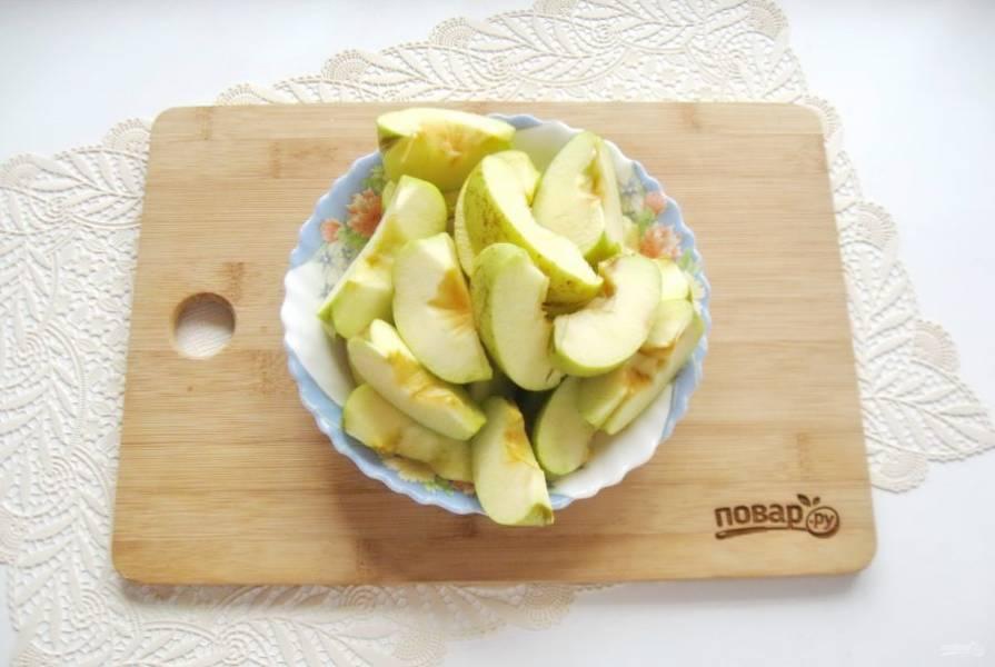 Яблоки помойте, разрежьте на четыре-пять частей. Удалите семенную коробочку с семечками.