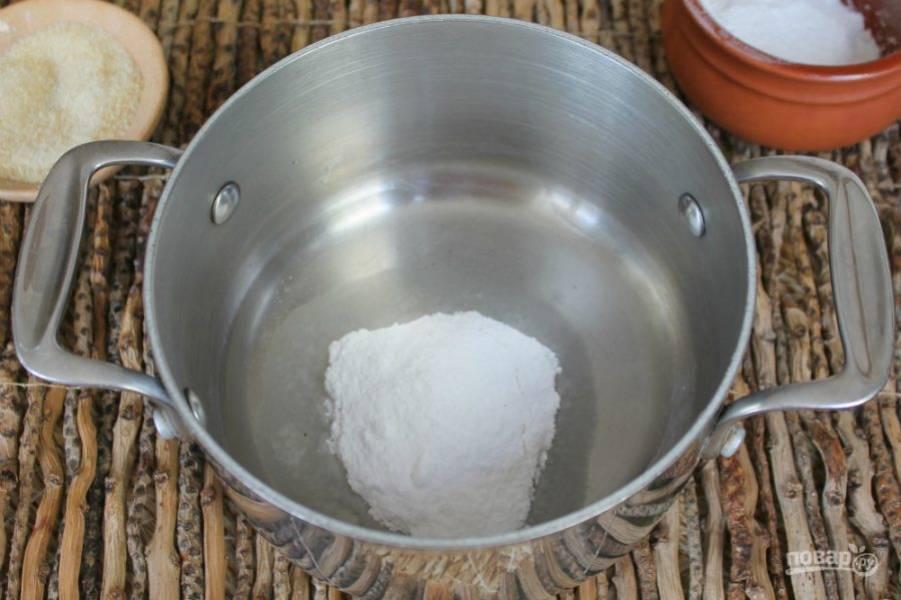 В кастрюлю высыпаем сахарную пудру и добавляем 4 столовых ложки воды. Ставим на огонь, нагреваем перемешивая, до полного растворения сахарной пудры.