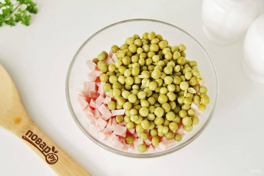 Отдельно соедините нарезанную кубиками ветчину и зеленый горошек.