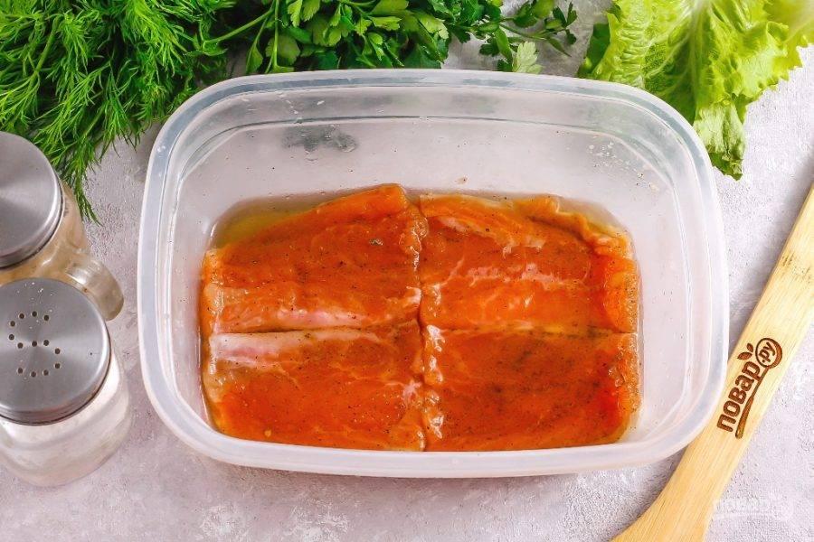 """Каждый день переворачивайте кусочки красной рыбы, чтобы они равномерно просолились. Спустя 2 дня попробуйте рыбку на вкус. Если она покажется вам не слишком соленой, то подержите ее еще в рассоле. Вы увидите, сколько жидкости соль """"вытянет"""" из рыбной мякоти."""