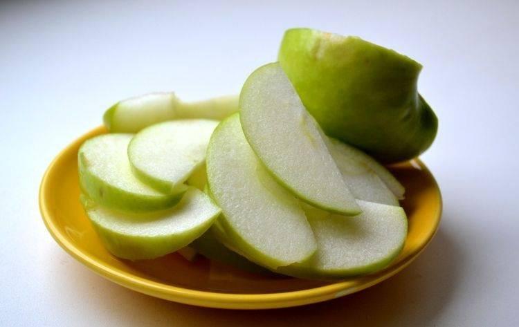 2. В приготовлении слоеного дрожжевого теста с яблоками лучше всего использовать кислые зеленые яблочки. Их вымойте как следует, обсушите и нарежьте тонкими дольками. Чтобы яблоки не темнели, сбрызните их соком лимона.