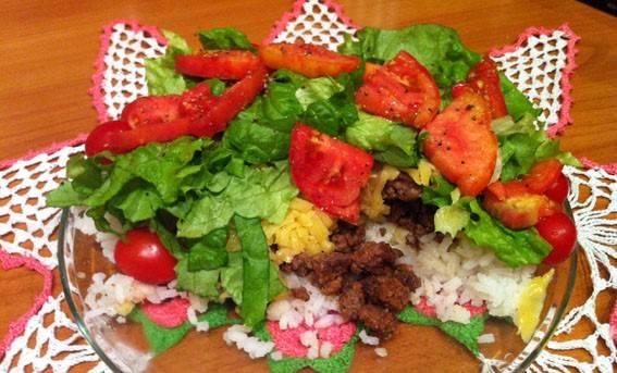 6. Засыпаем кусочками помидора, листьями салата и тертым сыром. Все готово, зовите семью обедать!