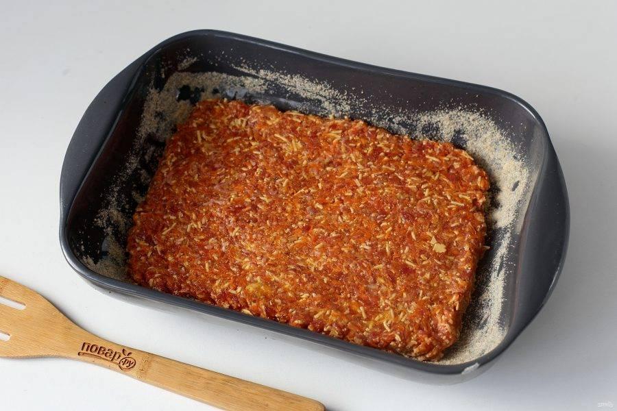 Форму для запекания смажьте маслом и обсыпьте сухарями. Выложите фарш и разровняйте его лопаткой. В зависимости от выбранной формы, можно получить запеканку разной высоты и размера. Запекайте блюдо в духовке при температуре 180 градусов около 40 минут.