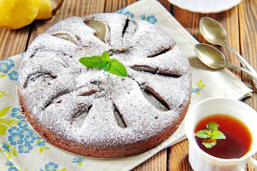 6. Выпекайте при 180 градусах около 40 минут. Шоколадный пирог с грушами готов.