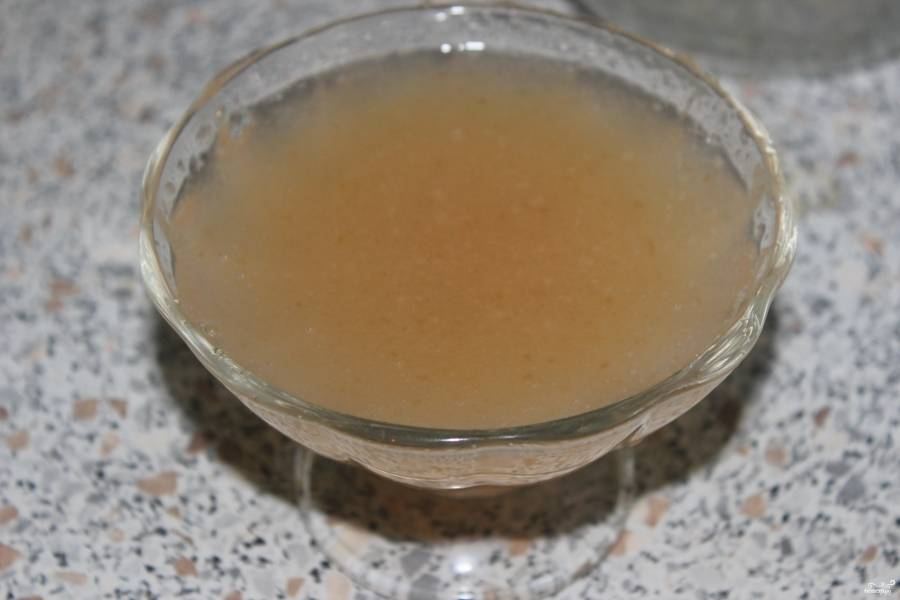 Желатин растворите в стакане теплой воды.