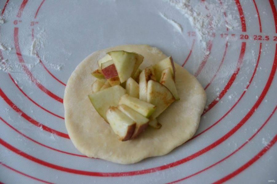 Раскатывайте тесто в пласт, в центр положите начинку, защипните края.