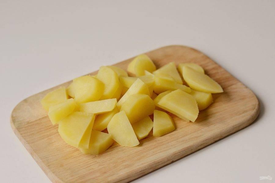 Слейте воду, а картофель нарежьте дольками.