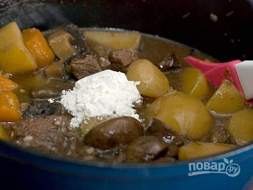 6. Всыпьте в кастрюлю муку для густоты подливы и тщательно перемешайте. Снимите с огня мясо и поставьте его готовиться в духовку на 1,5 часа при 180 градусов.