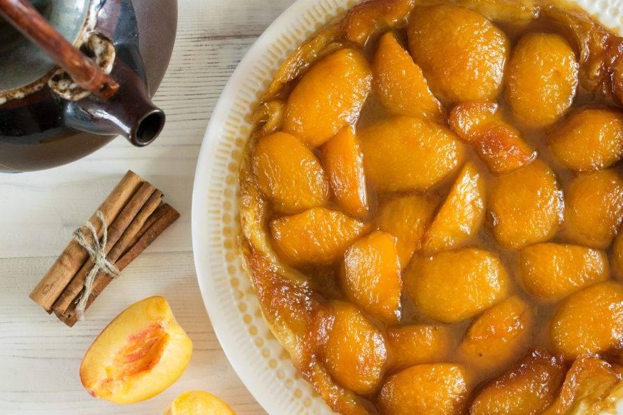 Накройте сковороду большой тарелкой и быстрым, уверенным движением переверните пирог. Надолго оставлять его в форме нельзя, т.к. карамель прилипнет. Приятного аппетита!