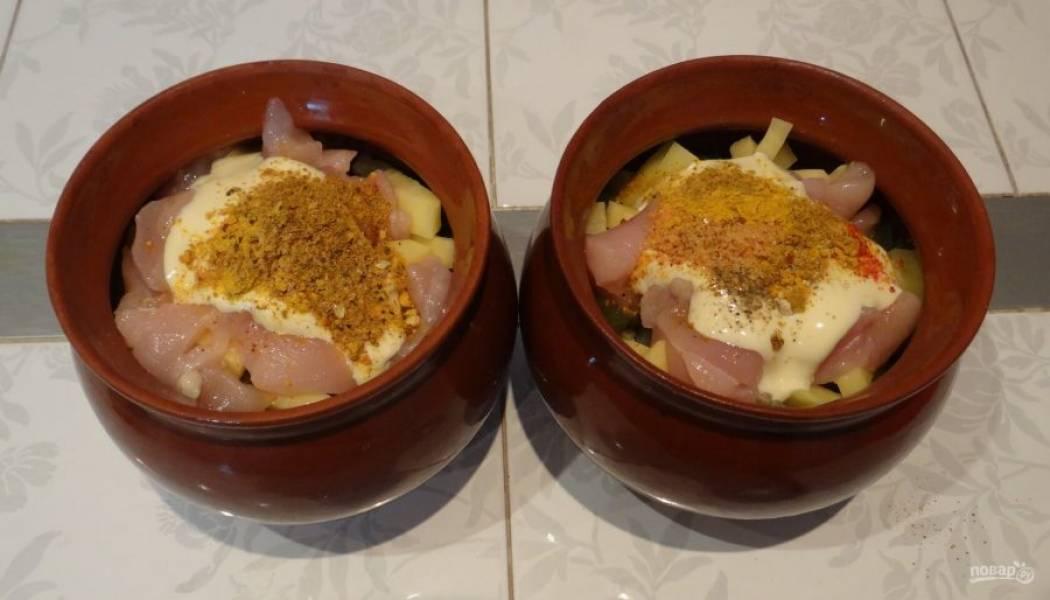 Сверху выложите оставшуюся курицу, майонез и приправу с солью.