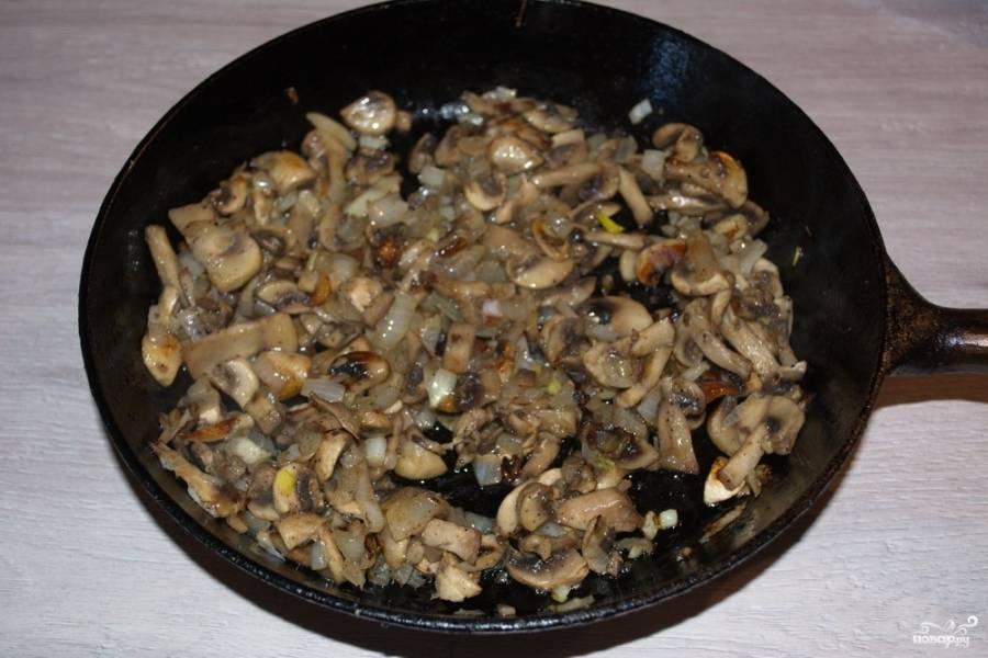 На растительном масле обжарим грибы с очищенным и в сводобном виде измельченным луком.