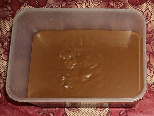 7. Для приготовления крема необходимо растопить на водяной бане шоколад и сливочное масло. Соединить с вареной сгущенкой и тщательно перемешать.