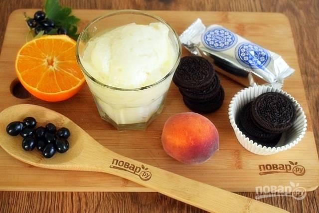 Подготовьте необходимые продукты. Фрукты и ягоды помойте под прохладной водой, обсушите. Печенье (4 шт.) разломайте на произвольные кусочки.