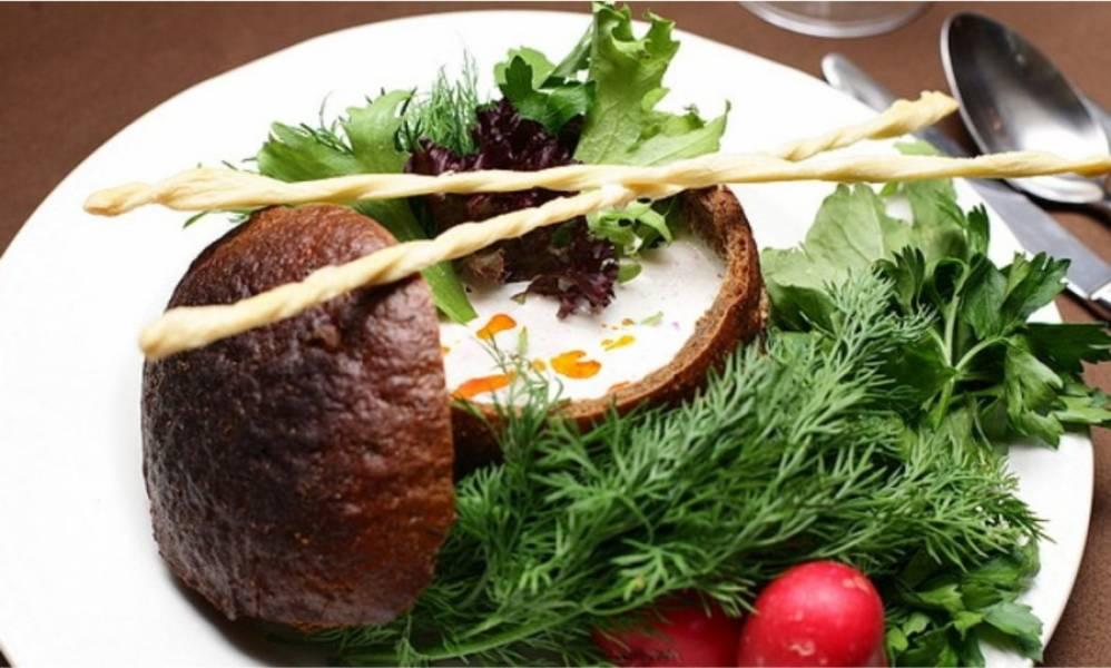 7. Украшаем салатными листьями и петрушкой. И можно подавать к столу. Приятного аппетита!