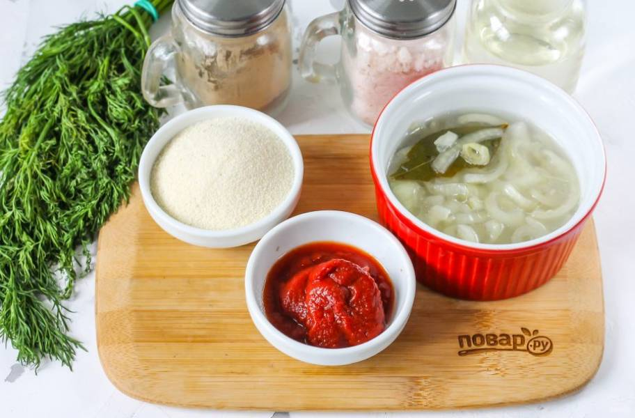Подготовьте указанные ингредиенты. Если лук присутствует в селедочном рассоле — не удаляйте его, а добавляйте в казан вместе с рассолом. Если же такого овоща нет в рассоле, то используйте свежий лук, натирая его на мелкой терке в уже отваренную икру, предварительно очистив и промыв его.