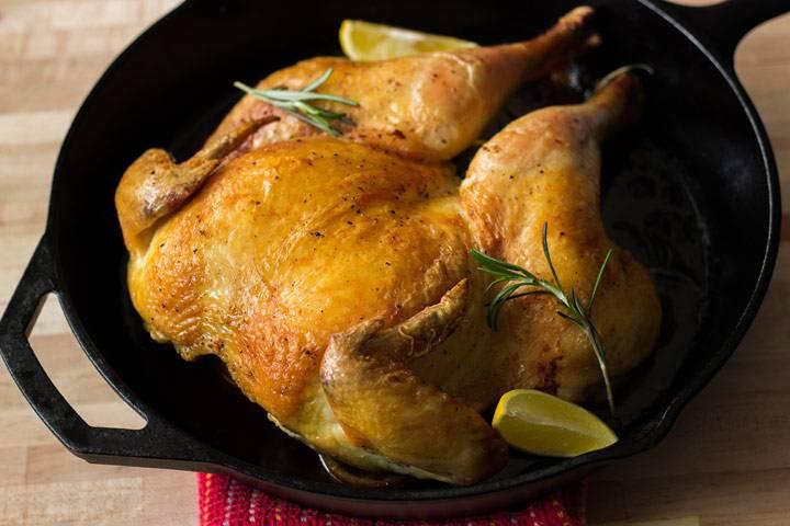 После того как вынете курицу из духовки, дайте ей минут 15 постоять. Затем разрежьте на куски и подавайте на стол.