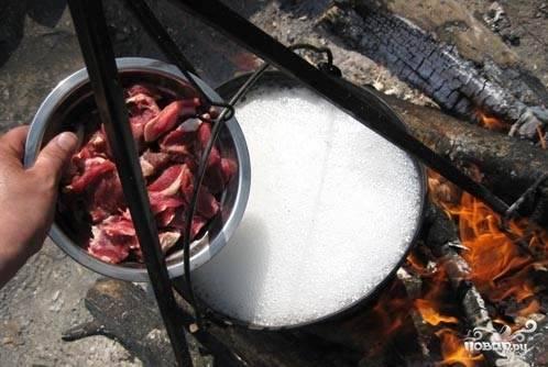Через полчаса добавить мякоть и варить до тех пор пока перестанет появляться пена.