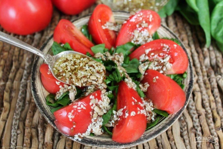 Поливаем салат маслом с семенами и семечками.