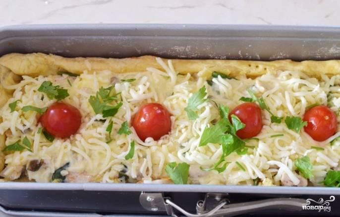 Верх пирога присыпьте оставшимся сыром, украсьте половинками нарезанных помидоров черри и зеленью. Пирог выпекайте в духовке еще 25 минут. После дайте ему настояться 10 минут, затем доставайте из формы и подавайте к столу. Приятного аппетита!