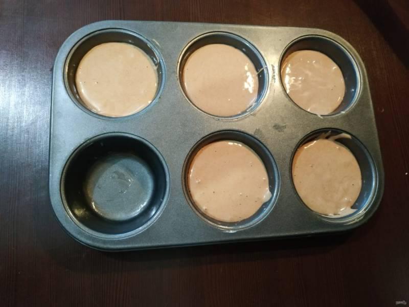 Влейте тесто в формы, и отправьте выпекаться в духовку, нагретую до 180 градусов. Выпекается бисквит минут 30.
