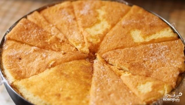 Далее накройте дно нашего десерта оставшимися кусочками бисквита, которые заранее пропитайте в смеси ликёра и кофе.  Накройте пищевой плёнкой и оставьте в холодильнике на 6 часов.