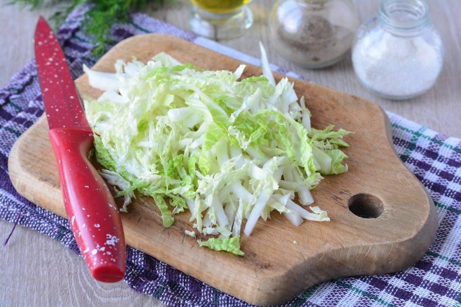 Нашинкуйте пекинскую капусту тонкими полосками.