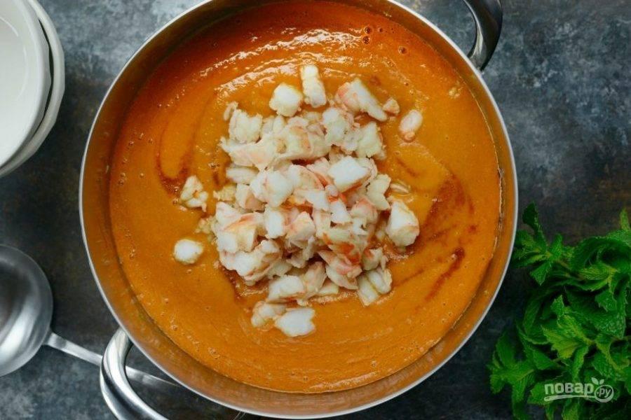 5. Отварите в течение 2-х минут, а потом почистите креветки. Кстати, воду из-под них можно использовать в качестве бульона. Нарежьте креветки и закиньте в суп.