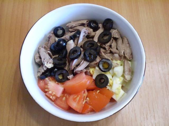 6. Складываем все овощи и мясо в салатник, солим по вкусу.