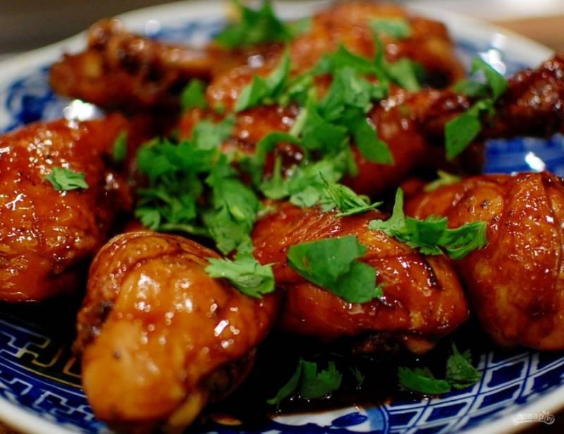 5.Выложите приготовленные голени на тарелку, полейте соусом, украсьте верхними листьями кинзы и подавайте к столу.