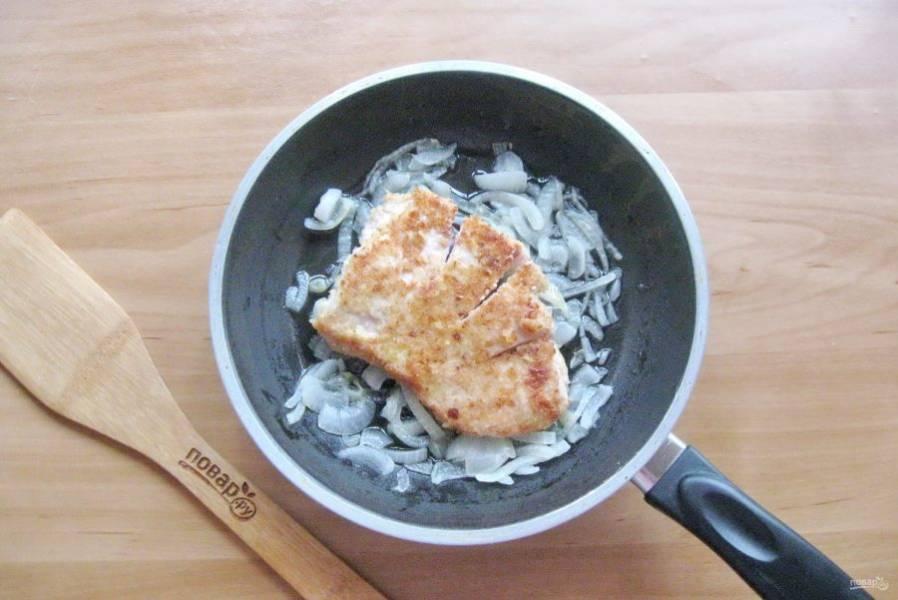 Жареное куриное филе выложите в сковороду с луком.