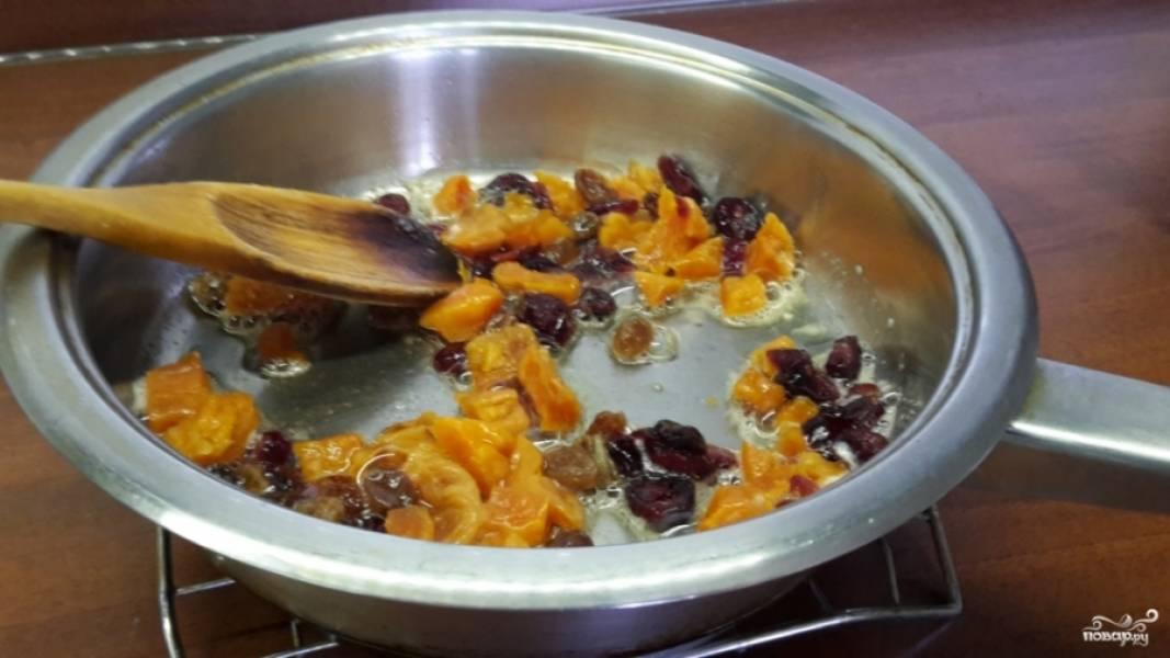 Выдавите сок половинки лимона, смешайте с медом. В глубокой кастрюле с толстым дном (или в казане) растопите масло сливочное. Обжарьте запаренные сухофрукты.