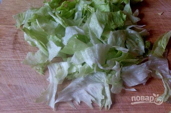 Листья салата тщательно промоем и обсушим. Затем руками порвем на кусочки.