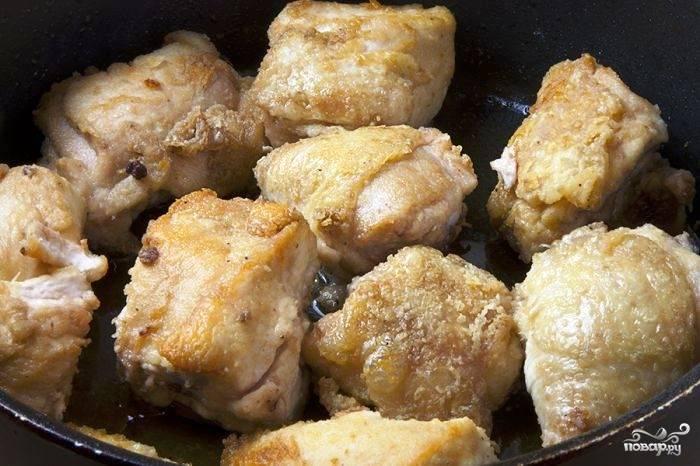 Кусочки курицы панируем в муке, соли и перце, после чего обжариваем до хрустящей корочки в разогретом сливочном и оливковом масле.