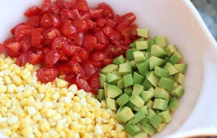 2. А теперь просто нарезаем помидоры на четвертинки, а авокадо очищаем и нарезаем кубиками примерно того же размера, что и кусочки томатов.