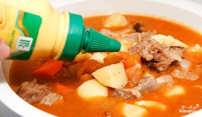 4. В конце готовки добавьте горчицу. Перемешайте. Мясной гуляш готов! Приятного аппетита! Подавайте гуляш с картошкой, рисом или хлебом.