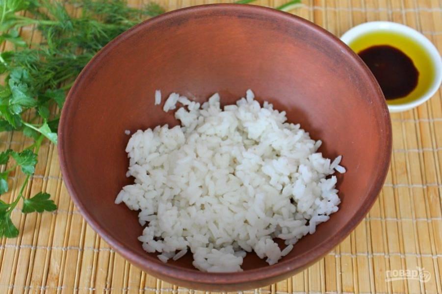 Рис варим до готовности и выкладываем в миску. Примерно стакан вареного риса.