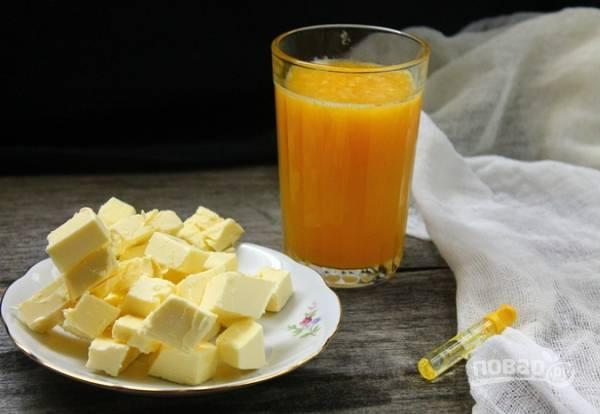 2. Выжмите сок апельсина, растопите сливочное масло. Добавьте к яйцам, перемешайте. Для аромата капните ванильный экстракт.