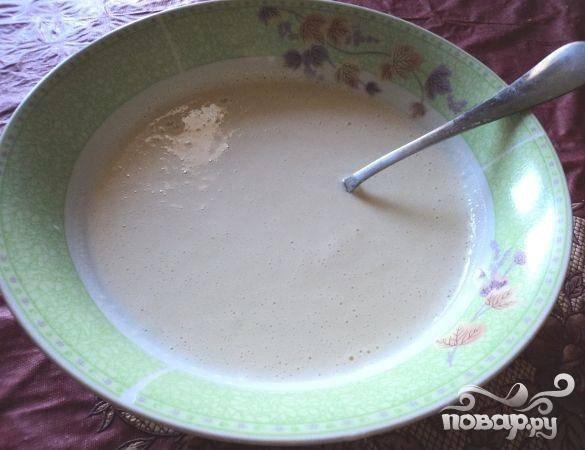 1.Взбиваем яйца. Добавляем воды, молока, муки, растительного масла и соли. Тщательно все перемешиваем.