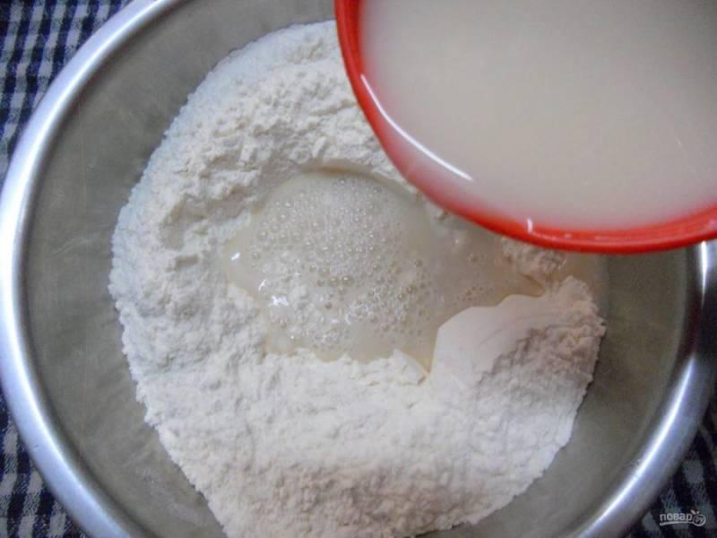 5.Размешайте дрожжевую смесь и влейте её в миску с мукой.