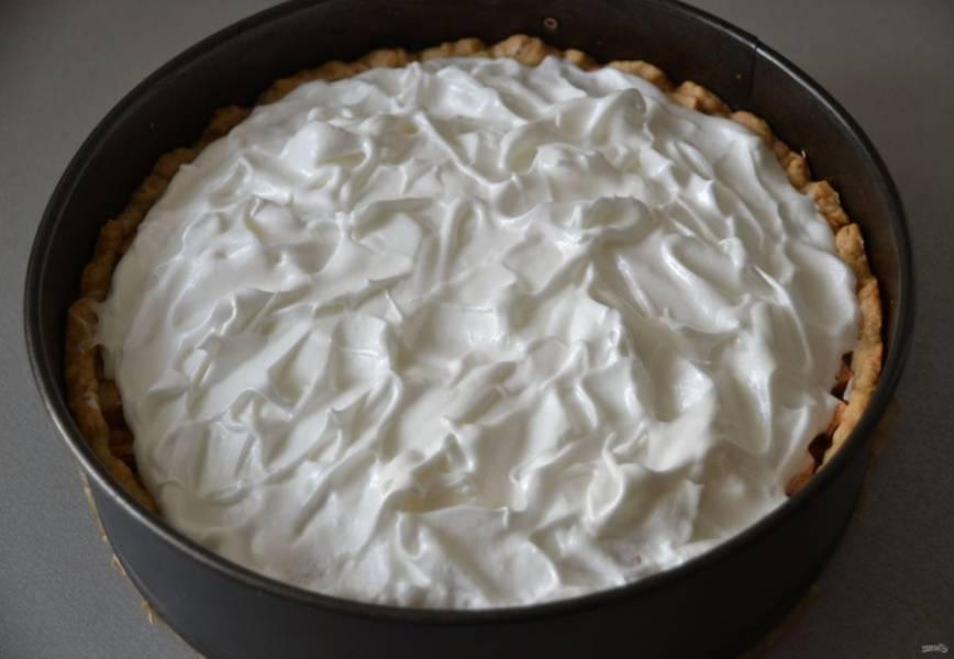 Нанесите сверху на пирог меренгу, силиконовой лопаточкой сделайте легкие пики, отправьте в духовку еще на 7-10 минут.