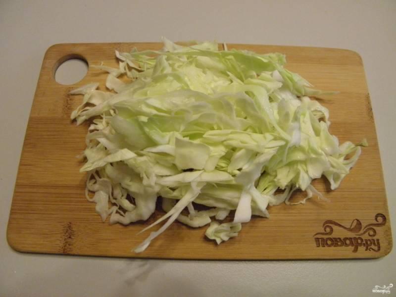 Нашинкуйте капусту как обычно.