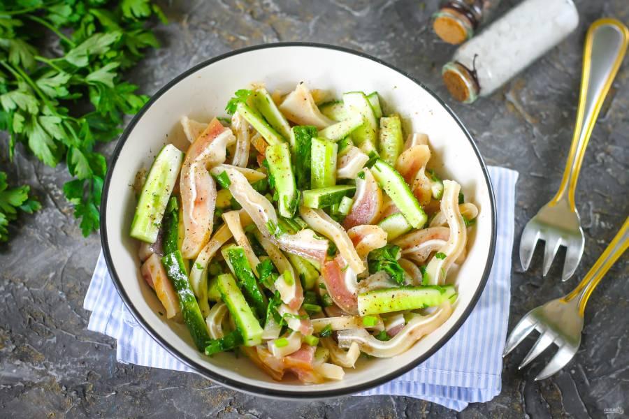 Салат с свиными ушами и огурцом