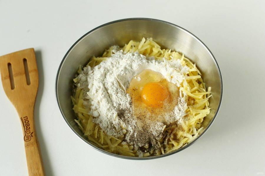 Добавьте муку, яйцо, соль и молотый перец по вкусу.